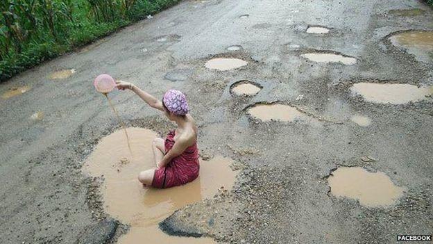 """Người mẫu Thái Lan """"đắm mình"""" trên con đường lồi lõm ở tỉnh Tak Thái Lan. (Ảnh: BBC.)"""