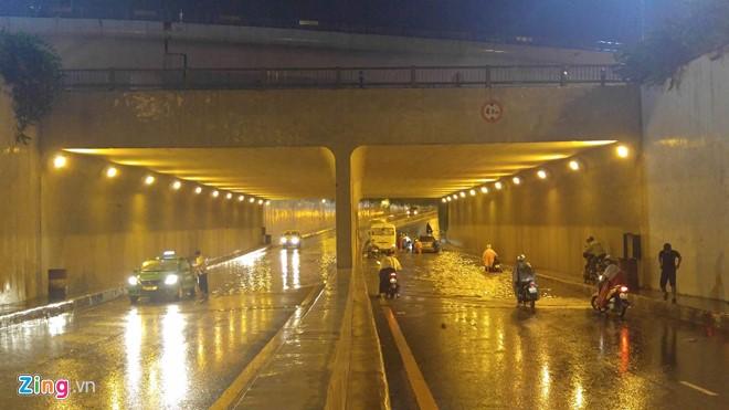 Hầm Thủ Thiêm bị ngập, 2 xe ô tô chết máy. (Ảnh: Zing).