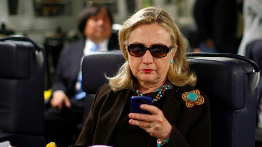 Bà Hillary Clinton chỉ xài thành thạo được duy nhất chiếc điện thoại BlackBerry cũ kỹ. (Ảnh: Internet)