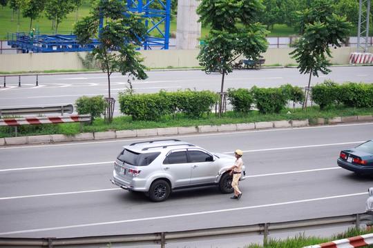 Sau tai nạn, cảnh sát ra tín hiệu dừng xe con cứu người nhưng đều bị tài xế từ chối.