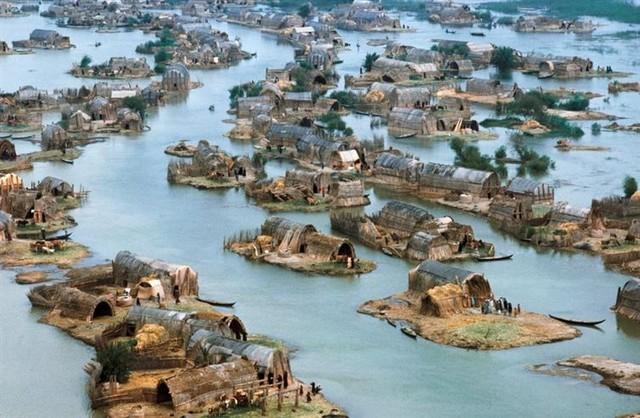 Hình ảnh này được ghi lại trước khi Saddam Hussein rút cạn nước của khu vực như một hình phạt với những người Ả Rập sống ở đây.