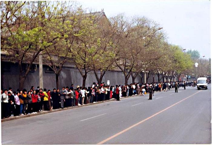 Hơn 10.000 học viên Pháp Luân Công thỉnh nguyện ôn hòa tại Trung Nam Hải. (Ảnh: Minh Huệ)