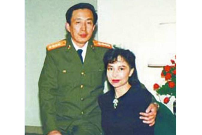 La Vũ và vợ, cựu diễn viên Hồng Kông Tina Lương