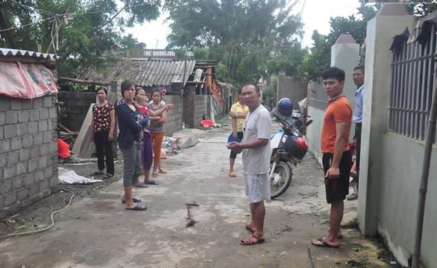 Người dân thôn An Mỹ tập trung trước nhà ông Đúng bàn tán về sự việc xảy ra vào chiều qua.