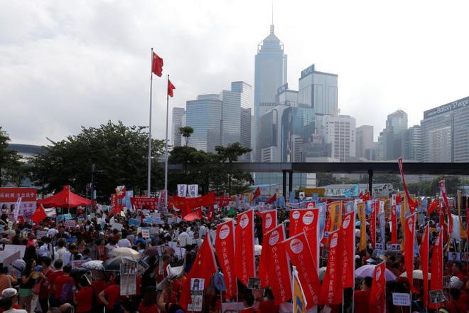 Người biểu tình phản đối Wai-ching và Leung tập trung rất đông bên ngoài LegCo - Ảnh: Reuters