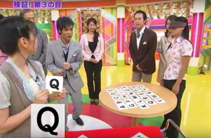 Hình ảnh cô Hoàng Thị Thiêm tham gia khảo sát đoán chữ bịt mắt trên đài truyền hình NHK. (Ảnh chụp màn hình)
