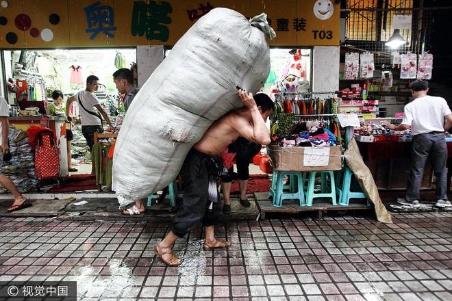 Anh Huy làm nghề cửu vạn trong chợ bán buôn Triều Thiên Môn