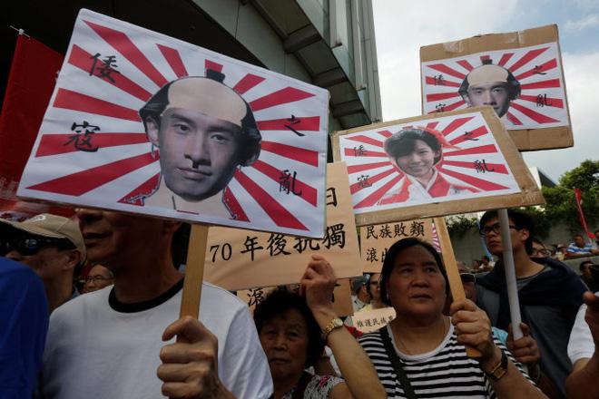 Những người ủng hộ chính quyền trung ương Bắc Kinh ví hai nghị sĩ trẻ như những kẻ thân phát xít Nhật - Ảnh: Reuters