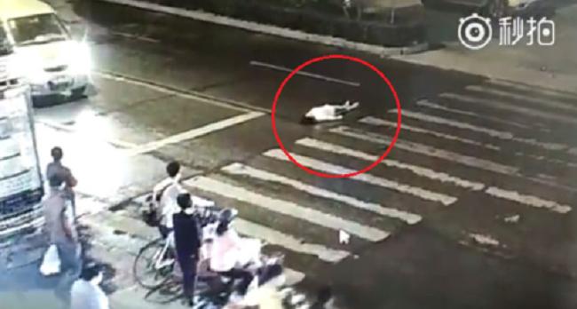 Trung Quốc: Cô gái bị xe cán 2 lần, đám đông thờ ơ bỏ mặc.2