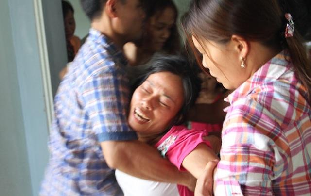 Mỗi lúc có thầy cô, bạn bè và người thân đến viếng, chị Giang lại lao đến bàn thờ và đòi đi theo 2 con.