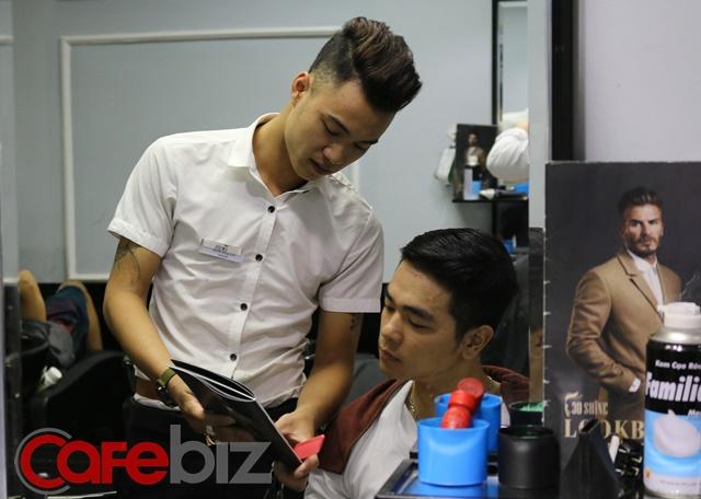 Khách sau khi đã gội đầu xong sẽ tiếp tục cắt tóc, được nhân viên tư vấn các kiểu tóc sao cho phù hợp với khuôn mặt.