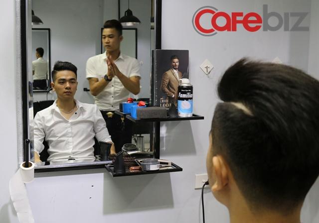 Cắt tóc xong, khách hàng sẽ được xả đầu một lần nữa, cuối cùng mới là vuốt keo và tạo kiểu.