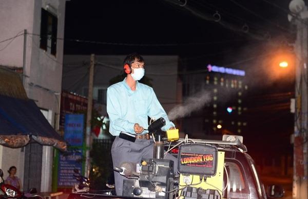 Phun thuốc khử trùng muỗi ngừa Zika ở TP.HCM. (Ảnh: Phước Tuần)