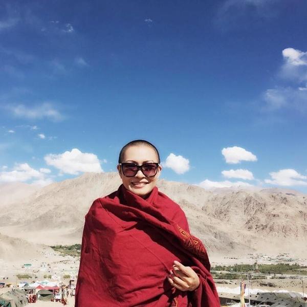 Hình ảnh Phương Thanh xuống tóc ở Tây Tạng. (Ảnh: Facebook)