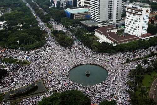 Đám đông biểu tình nhìn từ trên cao. Ảnh: Reuters.