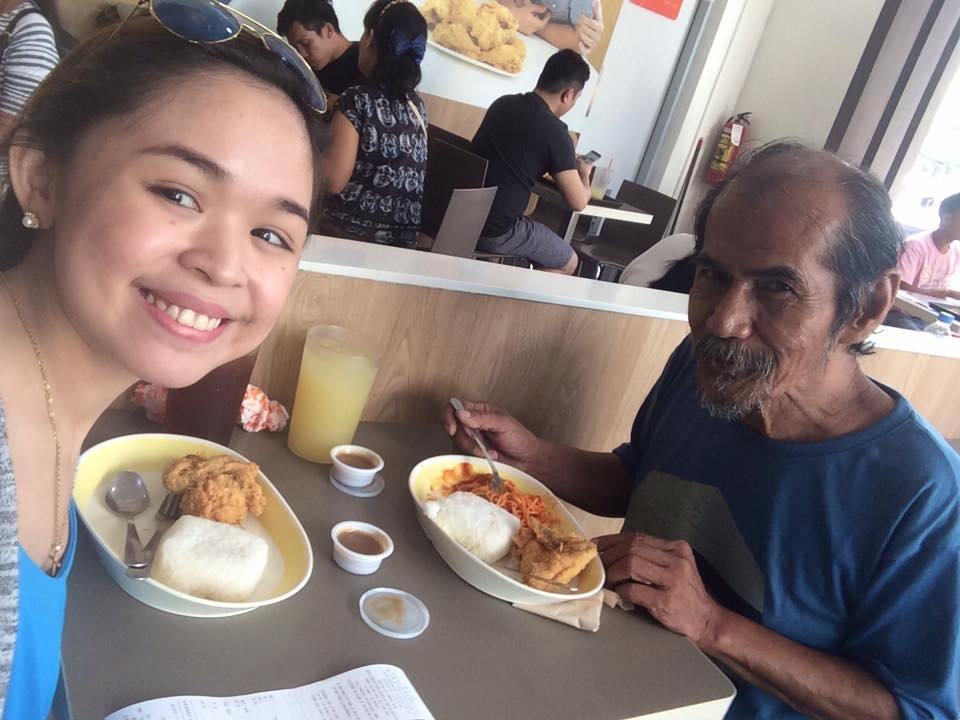 Sau những giây phút bối rối và bất ngờ, hai người xa lạ đã có một bữa ăn trưa ngon lành và vui vẻ
