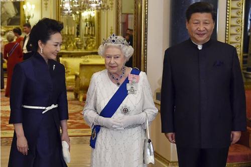 Nữ hoàng Anh Elizabeth và vợ chồng Chủ tịch Trung Quốc Tập Cận Bình tại London năm ngoái. Ảnh: PA