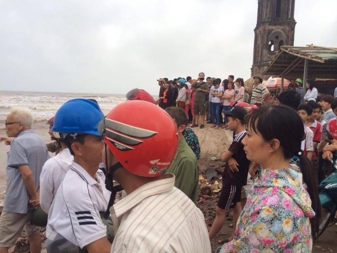 Người dân đứng chật kín bờ biển theo dõi lực lượng chức năng tìm kiếm 3 nam sinh bị sóng cuốn trôi mất tích