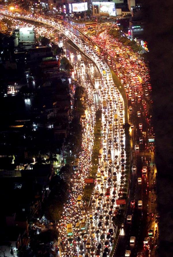 Nút giao thông ngã tư Hàng Xanh (quận Bình Thạnh) cũng bị tê liệt. Người và phương tiện chôn chặt trên đường dưới cơn mưa nặng hạt.