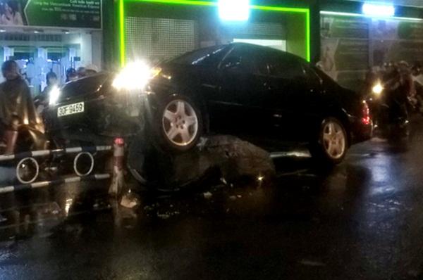 """Ôtô 4 chỗ đã lao lên dải phân cách trên đường Bùi Thị Xuân, hướng từ Cống Quỳnh về về Cách Mạng Tháng Tám (quận 3). """"Do mưa quá lớn nên tôi đã bị khuất tầm nhìn"""", tài xế này cho biết."""