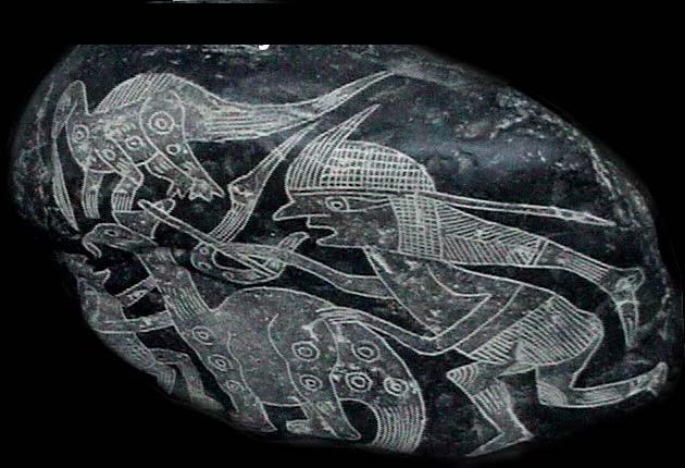 Tảng đá miêu tả cảnh tượng con người săn bắt khủng long, được khắc từ cách đây 65 triệu năm.