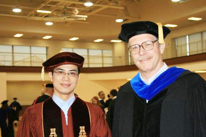 Tiến sĩ Trần Vinh Dự (bên trái) hiện là Tổng Giám Đốc của công ty tài chính TNK Capital. (Ảnh: Soha)