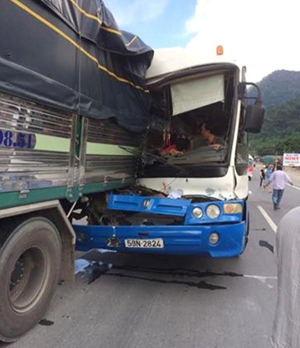 """Chiếc xe khách """"nương"""" vào đuôi xe tải để giảm tốc và được dìu xuống khỏi đèo Bảo Lộc an toàn (ẢNH: TRÙNG DƯƠNG)"""