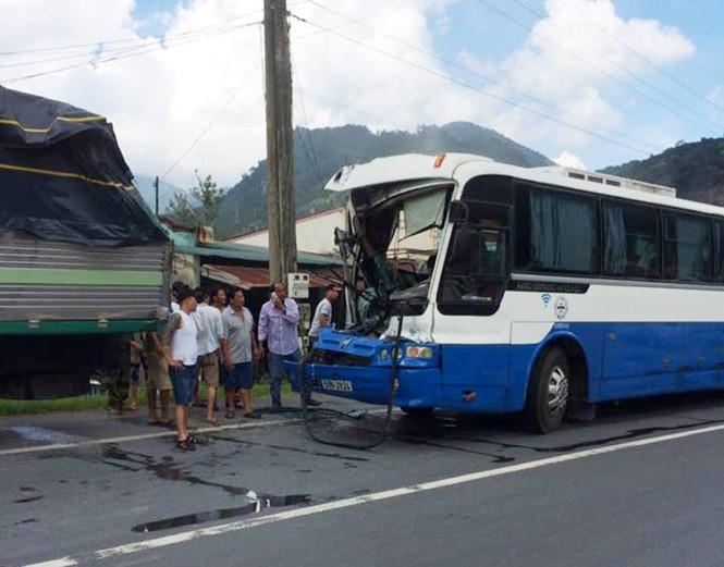 Chiếc xe khách bị nát phần đầu sau khi đã dừng lại an toàn. (Ảnh: Trùng Dương)