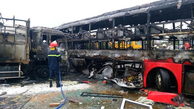 Thi thể tài xế chiếc xe khách giường năm 38N - 5577bị kẹt cứng trong xe, cháy đen, được lưc lượng cứu hộ đưa ra sau cùng.