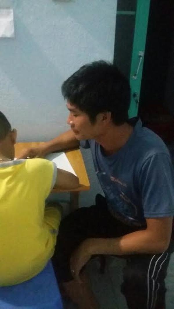 Hình ảnh tài xế Phan Văn Bắc đang kèm cháu trai học bài trong tối 7/9/2016 (ẢNH: NVCC)