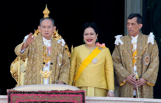 Thái tử Vajiralongkorn (phải) xuất hiện cùng Quốc vương Bhumibol (trái) và hoàng hậu Sirikit trong một sự kiện vào năm 2007. Ảnh: alchetron.com.