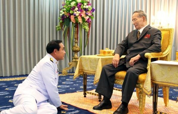 Thủ tướng Thái Lan Prayuth Chan-o-cha (trái) yết kiến quốc vương Bhumibol vào tháng 11/2014. Ảnh: Hoàng gia Thái Lan.
