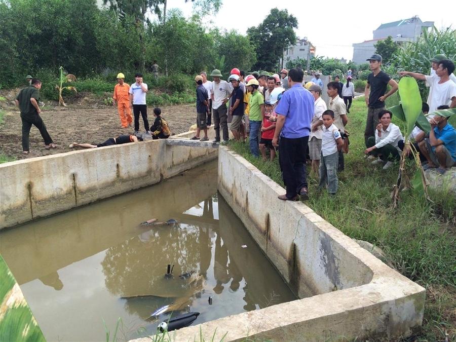 Hiện trường nơi phát hiện thi thể 1 nam thanh niên chết dưới mương nước cùng chiếc xe máy.