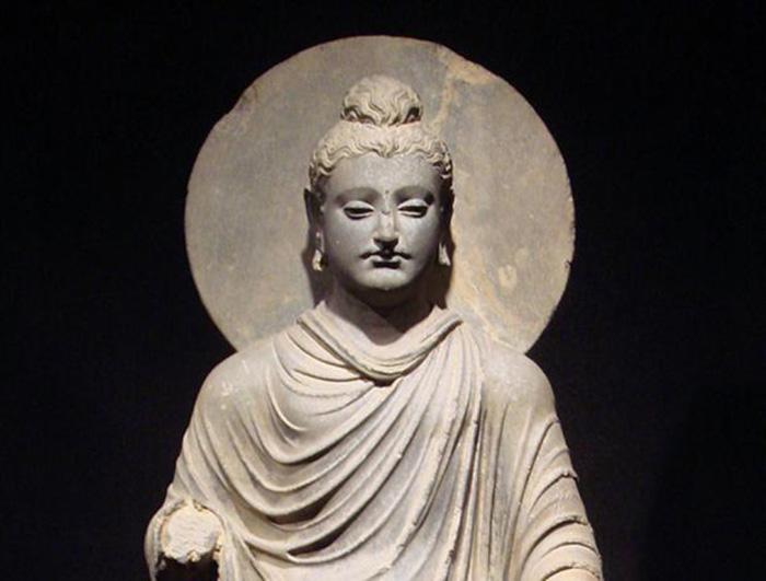 Một trong những bức tượng đầu tiên của Đức Phật, được tìm thấy ở Gandhara, trung tâm nghệ thuật Phật giáo tồn tại vào thế kỷ thứ 2