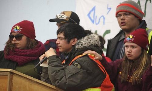 Thổ dân Attawapiskat thuyết trình về nạn tự tử hôm 7/4.