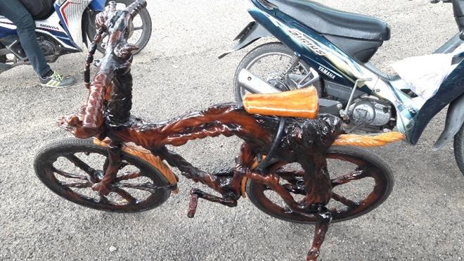 Ngoài chiếc mô tô, ông Sơn còn chế tạo thêm chiếc xe đạp cũng hoàn toàn bằng gỗ sao và gỗ trai độc đáo.