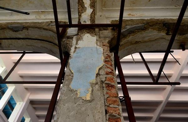 Những mảng trần, trụ cột, từng lớp tường, gạch, bêtông của tòa nhà đã tồn tại gần 140 năm.