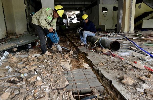 Công nhân cắt hệ thống khung mái che.
