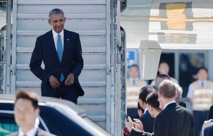 """Tổng thống Barack Obama xuống máy bay ở Hàng Châu, Trung Quốc, bằng """"cầu thang phụ""""."""