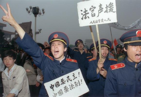 Các thẩm phán Bắc Kinh trong đồng phục tòa án gia nhập những người lao động biểu tình trên các đường phố Bắc Kinh vào ngày 18/5/1989, để ủng hộ cho những sinh viên tuyệt thực, đang tụ tập tại Quảng trường Thiên An Môn. (Catherine Henriette / AFP / Getty Images)