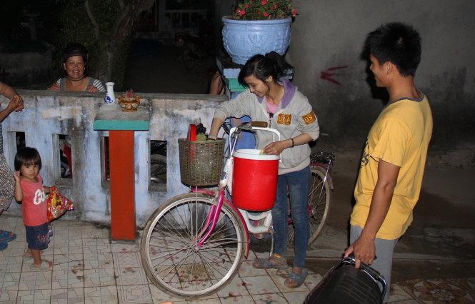 """Phương cùng chiếc xe đạp rong ruổi khắp Lý Sơn với lời rao học được ở Sài Gòn: """"Ai trứng vịt lộn đây""""."""