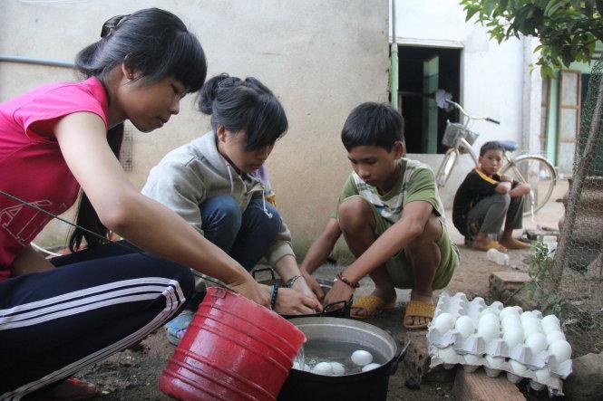 Cùng các em rửa trứng vịt lộn, chuẩn bị nấu để tối Phương mang đi bán.