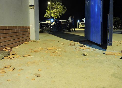 Gạch, đá mà các học viên ném trả bảo vệ trước cổng trung tâm.
