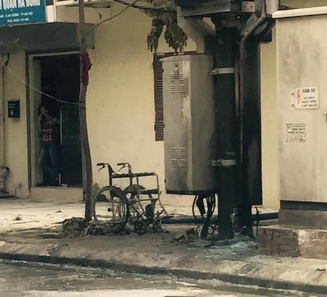 Chiếc xe lăn của chủ quán nước bị cháy rụi. (Ảnh: Otofun)