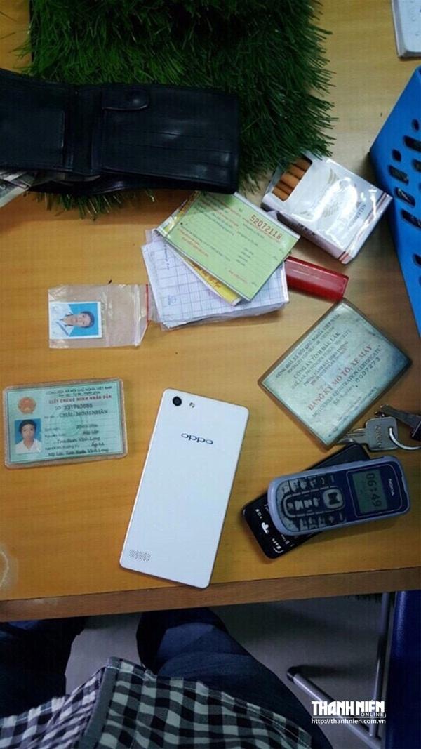 Tang vật vụ án, bao gồm chiếc điện thoại của bà Nga bị Nhân cướp. (Ảnh: Thanh Niên)