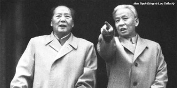 Mao Trạch Đông (trái) và Lưu Thiếu Kỳ (phải).