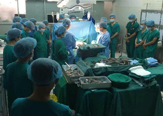 Các bác sĩ cúi đầu tri ân cô gái hiến tạng cứu 4 người.