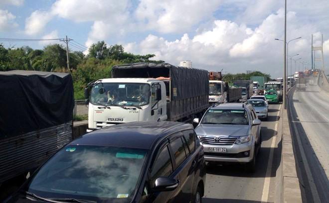 Xe cộ qua cầu Phú Mỹ ùn ứ nghiêm trọng. (Ảnh: Hoàng Sơn)