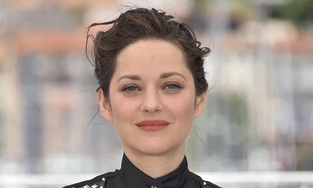 """Cô từng được trao giải Oscar cho hạng mục Nữ diễn viên chính xuất sắc nhất nhờ vai nữ ca sĩ huyền thoại Édith Piaf trong phim """"La Môme"""". (Ảnh: Thegurdian)"""