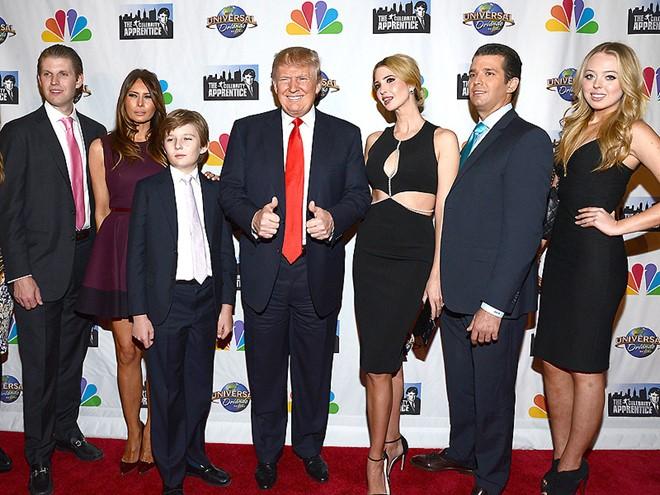 Gia đình Donald Trump (từ trái qua phải) gồm con trai Eric, vợ hiện tại Melania, con trai Barron, con gái Ivanka, con trai Donald Jr. và con gái Tiffany. Ảnh: Pinterest.